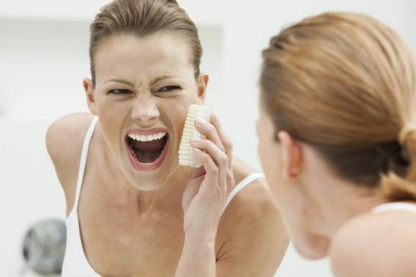 Việc chà xát quá mạnh khi rửa mặt sẽ dẫn đến việc tổn thương cho da của bạn