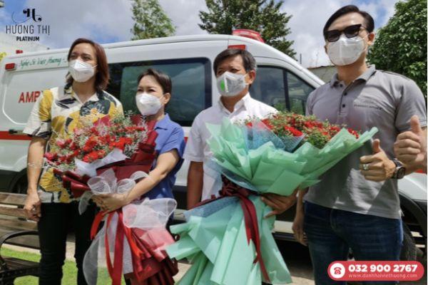 Nữ nghệ sĩ Việt Hương bàn giao xe cho ông Đoàn Ngọc Hải (Ảnh: Đình Phú - Báo Thanh Niên)
